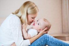 使用与男婴的愉快的母亲户内 图库摄影