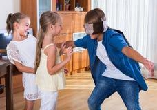 使用与眼罩的愉快的孩子 库存照片