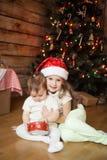 使用与礼物盒的逗人喜爱的姐妹 图库摄影
