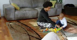 使用与积木的母亲和儿子在一个舒适的家4k 股票录像