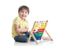 使用与算盘玩具的孩子 免版税图库摄影