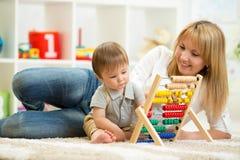 使用与算盘的孩子和母亲 免版税库存照片