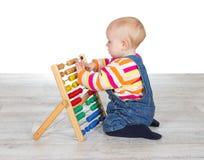 使用与算盘的逗人喜爱的女婴 免版税图库摄影