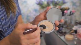 使用与粉末的化妆师一把刷子 股票视频