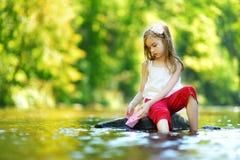 使用与纸小船的逗人喜爱的小女孩 图库摄影