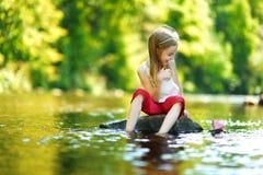 使用与纸小船的逗人喜爱的小女孩 库存照片