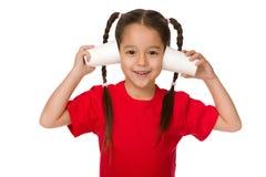 使用与纸杯的逗人喜爱的小孩女孩 库存照片