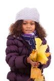 使用与结构树的小非洲亚裔女孩生叶 免版税库存照片