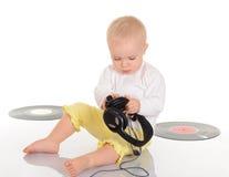 使用与老唱片和耳机的婴孩 库存图片