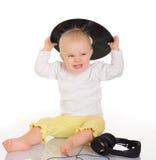 使用与老唱片和耳机的婴孩 免版税库存照片