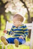 使用与肥皂泡的小逗人喜爱的婴孩 库存图片