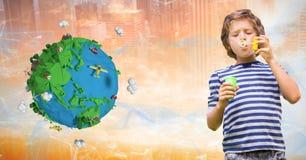 使用与肥皂泡的男孩由低多地球 免版税库存照片