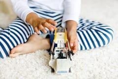 使用与航天飞机玩具的愉快的小孩男孩 库存照片