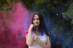 使用与色的粉末的可爱的深色的妇女 库存图片