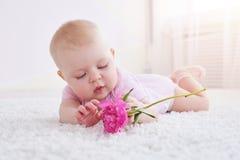 使用与花的可爱的婴孩 图库摄影