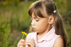 使用与花的逗人喜爱的小女孩 图库摄影