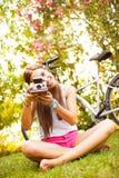 使用与葡萄酒照相机的美丽的少妇 库存图片