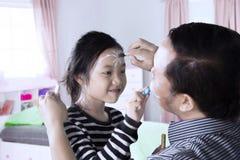 使用与蜡笔的小女孩和父亲 库存照片