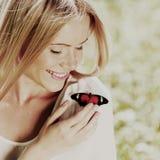 使用与蝴蝶的妇女 免版税图库摄影