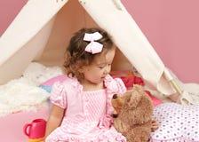 使用与被充塞的熊玩具的愉快的小孩女孩 库存照片