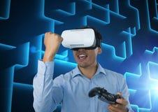 使用与计算机游戏控制器的商人有蓝色迷宫背景 库存图片