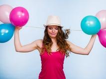 使用与许多五颜六色的气球的妇女 免版税库存图片