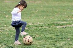 使用与足球的日本女孩 库存照片