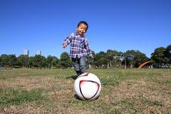 使用与足球的日本男孩 库存照片