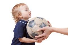 使用与足球的男婴 查出在白色 免版税库存照片