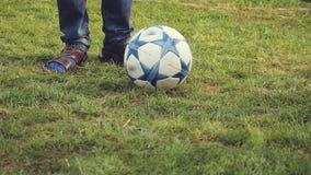 使用与足球的年轻体育男孩在草踢在慢动作的夏天晴天 1920x1080 股票录像