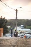 使用与轮胎的非洲孩子在蓬塔做Ouro,莫桑比克 库存图片