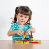 使用与连接的立方体的小女孩 库存照片