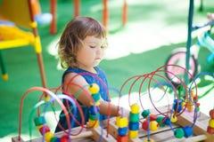 使用与迷宫教育玩具的小女孩 库存照片
