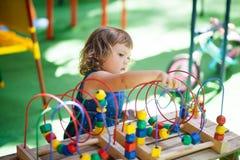 使用与迷宫教育玩具的小女孩 免版税库存照片