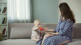 使用与逗人喜爱的矮小的婴孩,在面孔的愉快的微笑,童年的爱恋的母亲 股票视频