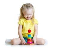 使用与金字塔玩具的孩子女孩被隔绝 免版税库存图片