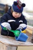 使用与铁锹和时段的小孩 免版税库存照片
