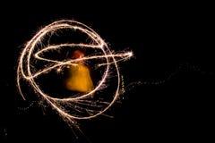 使用与闪烁发光物的一个少妇在创造任意的晚上 图库摄影