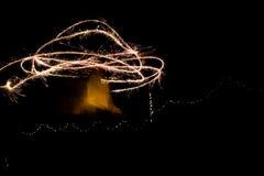 使用与闪烁发光物的一个少妇在创造任意的晚上 免版税库存照片