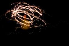 使用与闪烁发光物的一个少妇在创造任意的晚上 免版税库存图片