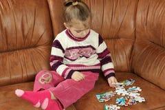 使用与难题片断的小女孩 免版税库存照片