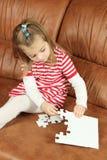 使用与难题片断的小女孩 免版税库存图片