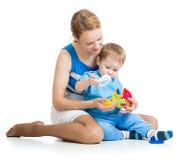 使用与难题玩具一起的婴孩和母亲 库存照片