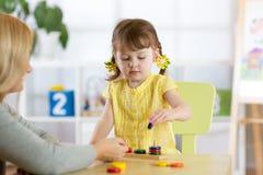 使用与难题玩具一起的孩子和母亲 免版税库存照片