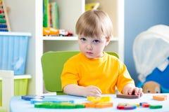 使用与难题玩具的孩子室内 免版税库存图片