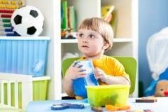 使用与难题玩具的孩子室内 库存照片
