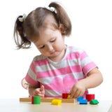 使用与难题玩具的小孩女孩 库存图片