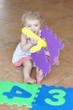 使用与难题的学龄前儿童女孩学会数字 库存照片