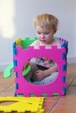 使用与难题的学龄前儿童女孩学会数字 免版税库存照片