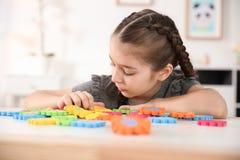 使用与难题的小自我中心女孩 免版税库存图片